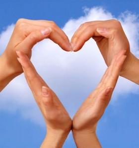 mowa ciała,  w tym gesty oraz głos są najwązniejszą formą komunikacji podczas randki